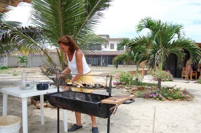 Hilda preparando la parrilla de pescado